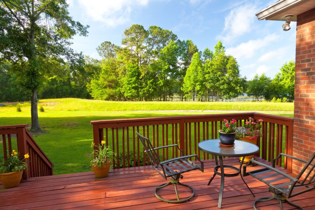 3 Major Benefits of Having a Backyard Deck 2